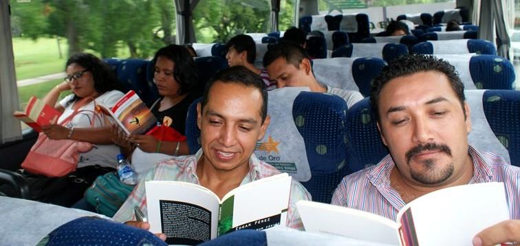 Libros Andariegos: el placer de leer durante viajes de autobús