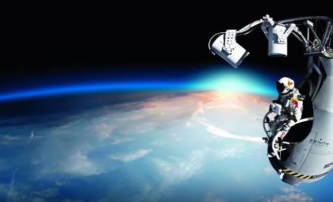 Felix Baumgartner rompe la barrera del sonido en caída libre
