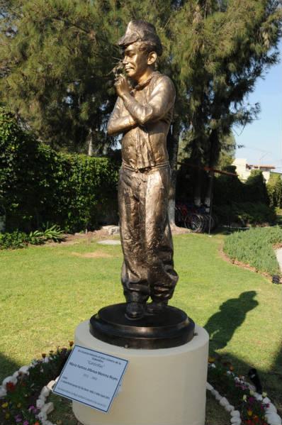 Hotel Misión El Molino, devela escultura de ¨Cantinflas¨